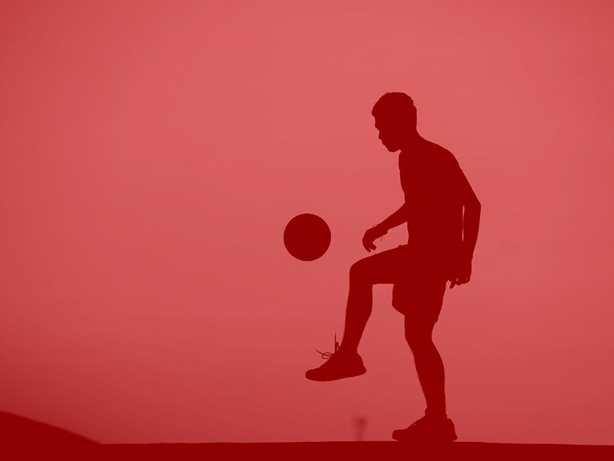 Silhouette d'un homme jouant au foot